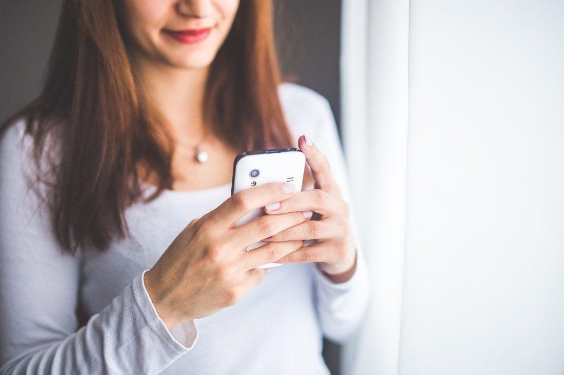 Smartphone Texting - Image by Karolina Grabowska